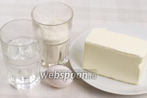 Для приготовления теста возьмём муку, маргарин, холодную воду, яйцо и щепотку соли.