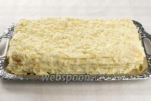 Аккуратно вынуть пергамент и поставить торт в холодильник на 8 часов или ночь. Перед подачей Наполеон вынуть из холодильника, чтобы он стал комнатной температуры.