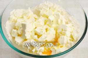 Затем добавить 1 яйцо, стакан воды и щепотку соли.
