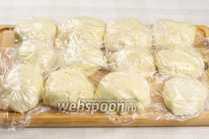 Готовое тесто разделить на 12 равных частей, затем накрыть их пищевой плёнкой и положить в холодильник на 1 час.