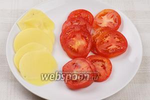 Помидоры помыть и так же тонко нарезать. Ломтикам сыра придать круглую форму, используя стакан.