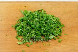 Зелень хорошо помыть, обсушить и мелко порезать.