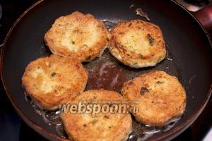 В сковороде разогреть 2 ст. л. растительного масла. Обмакнуть ломтики батона в яйцо с зеленью и обжарить с двух сторон до румяного цвета.