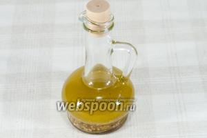 Перелейте смесь лимонного сока, горчицы, чеснока и перца в бутылку с маслом. Плотно закройте крышкой. Поставьте в холодильник минимум на 3 часа.  Перед употреблением хорошо встряхните.