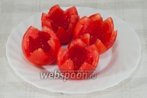 У помидоров срежьте верхушку и удалите сердцевину.