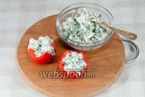 Начините смесью из сыра, зелени и чеснока помидоры (аккуратней это будет сделать чайной ложкой). Можно сразу подавать на стол.