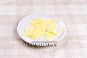 Пармезан нарезать тонкими пластинами (это удобно делать ножом для чистки картофеля).