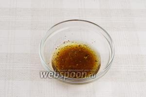 Приготовим заправку, для этого необходимо соединить 3 ст.л. оливкового масла, 1 ст. л. уксуса, сок половины лимона, чёрный свежемолотый перец и соль по вкусу.