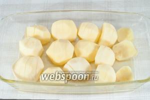 Форму для запекания смажьте сливочным маслом. Уложите на неё картофель разрезами вверх, посолите.