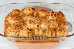 Запекайте при 200°С в течении одного часа.  В процессе запекания смажьте картошку ещё 2 раза растопленным сливочным маслом.