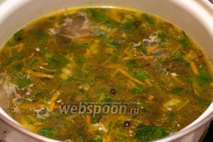 Снять суп с огня и дать настояться 15-20 минут. Подавать суп с жирной сметаной и отваренными вкрутую куриными яйцами.