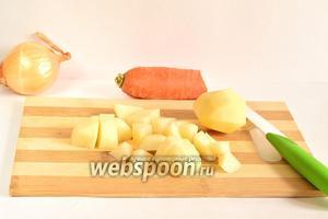 Картофель (4 штуки или 300-400 г) очистить и порезать кубиками.