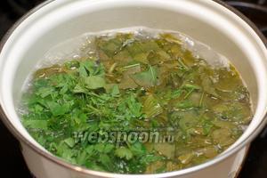 Когда сварится картофель, добавить щавель и петрушку, довести до кипения и варить 2 минуты.