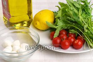 Для приготовления салата понадобится пучок рукколы, 8-10 помидоров черри, моцарелла, лимон, оливковое масло и специи. Пропорция продуктов довольно условна, её легко можно изменять по вкусу.