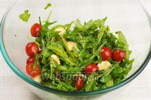 Аккуратно перемешать салат и сразу подавать на стол.