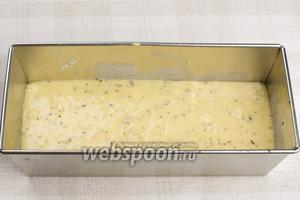 Форму для выпекания смазать оливковым маслом, влить готовое тесто и разровнять.