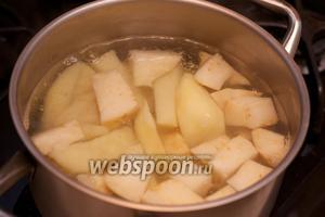 Залить холодной водой, довести до кипения и варить до готовности картофеля 15-25 минут, добавив щепотку соли.