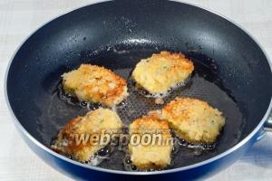Выложите на разогретую сковородку, смазанную растительным маслом. Обжарьте с двух сторон до золотистой корочки.