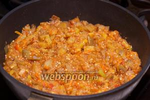 Добавить соль и чёрный перец по вкусу, подавать икру тёплой или охлаждённой.