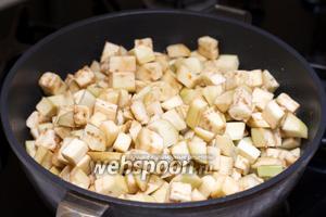 Выложить баклажаны в сковороду, где готовилась зажарка, и обжарить 15-25 минут, пока они не станут мягкими.
