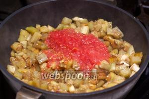 Когда баклажаны станут мягкими, добавить помидоры и потушить помешивая 5-7 минут.