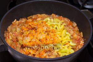 Затем добавить зажарку и сладкий перец, тушить всё вместе 5 минут.