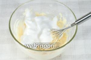 Добавьте в тесто белки и две столовые ложки сливочного масла. Хорошо перемешайте.