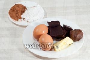 Вам понадобится: чёрный шоколад, шоколадно-ореховая паста (типа «Нутелла»), сливочное масло, яйца, мука, какао, сахарная пудра, разрыхлитель, соль.