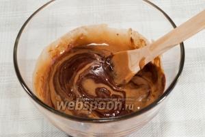 Введите взбитые яйца в растопленную шоколадную массу. Хорошо перемешайте.