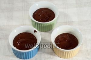 Формы для запекания смажьте сливочным маслом. Наполните их на 2/3 получившейся массой и поставьте в разогретую до 200°С духовку.