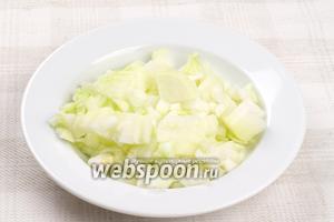 Для соуса репчатый лук очистить и мелко порезать.