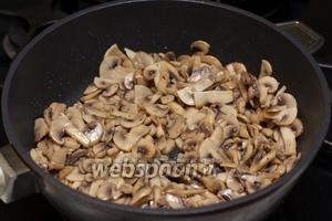 В сковороде разогреть 2-3 ст. л. растительного масла и обжарить шампиньоны до румяного цвета, добавив соль и чёрный молотый перец по вкусу.