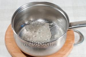 На следующих двух фото я покажу вам как получается карамель.  Сначала сахар начнёт плавиться и закипит. Не забывайте постоянно помешивать (это на всякий случай).