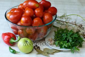 Указанное количество ингредиентов рассчитано на 1 трёхлитровую банку. Понадобится приблизительно 2,5 кг помидоров, яблоко, сладкий и горький перец, сухой укроп и специи.