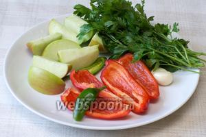 Сладкий перец, яблоко и чеснок помыть, удалить семена и порезать на 4-6 частей. Пучок петрушки хорошо помыть и обсушить. Горький перец разрезать пополам.