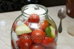 Затем слить воду. Добавить душистый перец, чеснок, 2 ст. л. сахара, 1 ст. л. соли, лавровый лист и уксус.