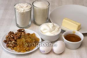 Для приготовления торта понадобится мука, сахар, сметана, сливочное масло, грецкие орехи, изюм без косточек, мёд и яйца.