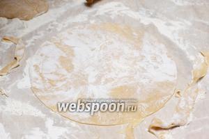 Обрезать корж по форме тарелки. Обрезки отложить — они тоже будут выпекаться и пойдут на присыпку торта.