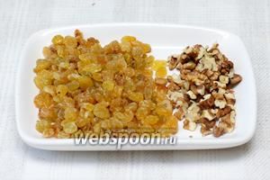 Изюм (3 горсти) хорошо помыть и обсушить, грецкие орехи (30 г) порезать.