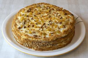 Затем присыпать крошкой, изюмом и грецкими орехами.  Оставить торт при комнатной температуре на 30-40 минут, а затем переставить в холодильник минимум на 3 часа.