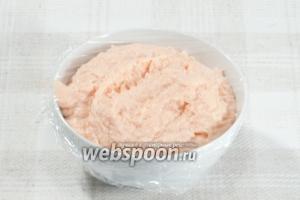 Готовый паштет переложите в ёмкость, накройте пищевой плёнкой и отправьте в холодильник минимум на 1 час.