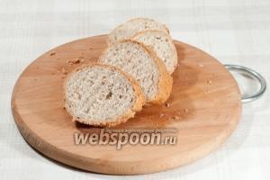 Багет нарежьте кусочками толщиной примерно 1,5-2 см. И поджарьте (в тостере, на сковородке, в духовке...).