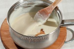 Влейте крахмал в сметанно-сливочный соус, добавьте хорошую щепотку молотого мускатного ореха, если его нету, то можно добавить чёрный молотый перец по вкусу. Хорошо перемешайте.