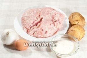 Вам понадобится: куриный фарш (или любой, на ваш вкус), сырой картофель, лук, яйцо, сметана, соль, чёрный перец, паприка, мука (для формирования котлет).