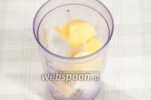 Переложите порезанный лук и картофель в блендер и измельчите до состояния пюре.