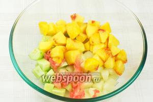 Соединить дыню, огурец, персики и маринованный имбирь, добавить 1-2 столовые ложки растительного масла.