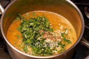 Затем добавить кинзу, чеснок и острый перец — варить всё вместе 1-2 минуты. Добавить, если необходимо, ещё соль или сахар по вкусу.
