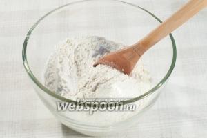 В миске смешайте кефир, соль, соду, просейте 1 стакан муки. Хорошо перемешайте.