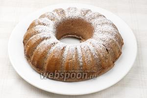 Дать пудингу немного остыть в форме, а затем вынуть и присыпать сахарной пудрой.