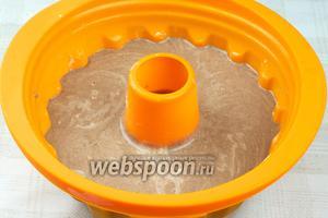 Форму для выпекания смазать сливочным маслом и влить приготовленное тесто.